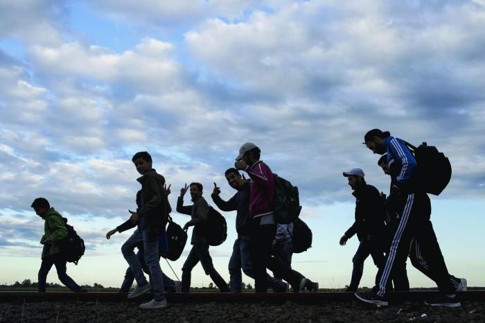 Migrants-approche-village-Roszke-Hongrie-6-septembre_0_1400_933